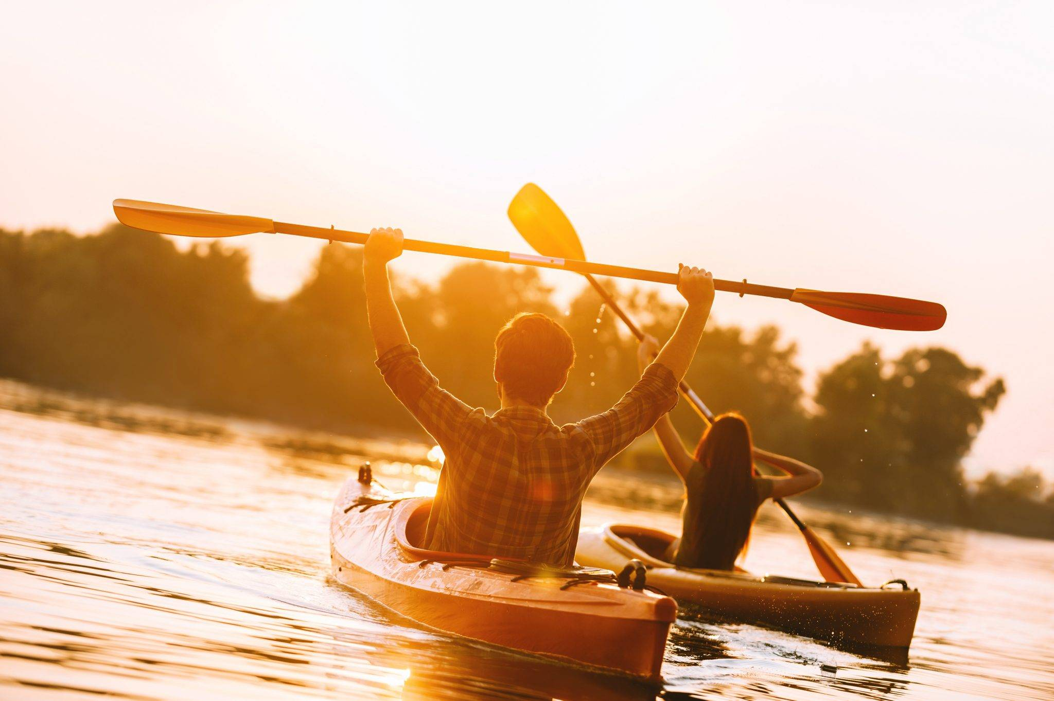 couple-kayaking-with-no-shoulder-pain-after-osteopathy-treatment