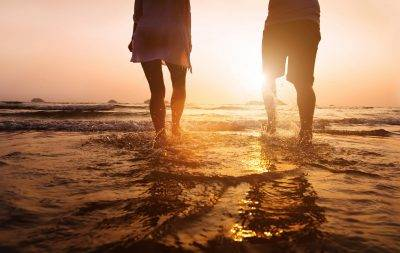 couple-walk-in-ocean-with-no-knee-pain-after-osteopathy-treatment